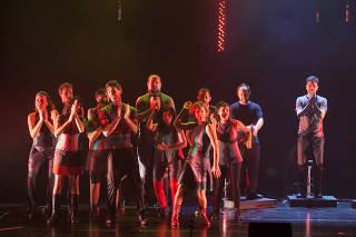 O grupo de música corporal Barbatuques faz show do disco