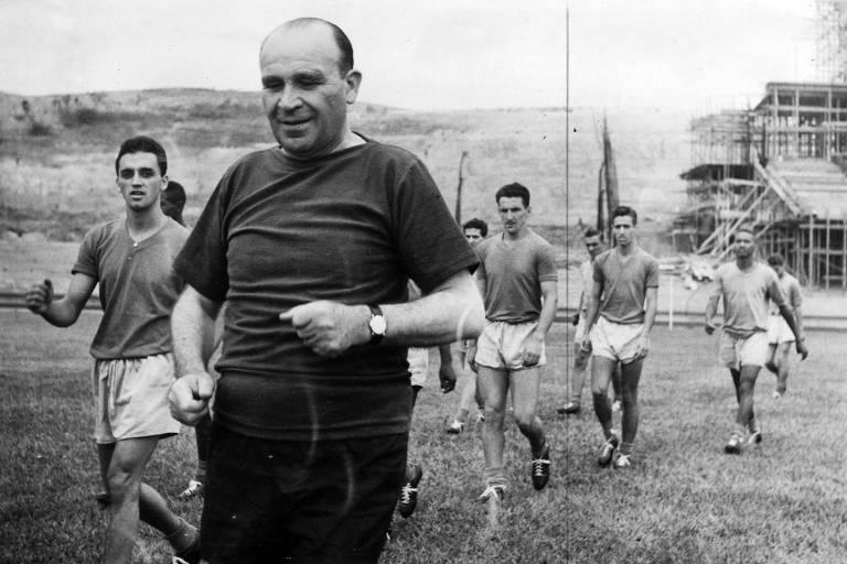 O húngaro Béla Guttmann em treino do São Paulo, em 1957