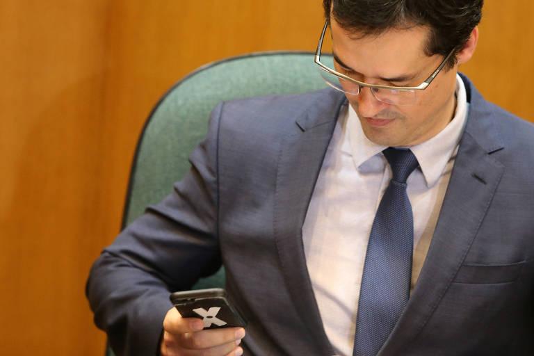 O procurador Deltan Dallagnol vê seu celular em evento da Lava Jato, em Curitiba