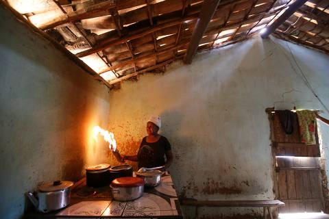 TREMEDAL, BA, BRASIL, 24-07-2019: Retrato de Noilza Maria de Jesus, 45, durante preparo de feijão em seu fogão a lenha  no município de Tremedal. Cidade tem o 11º pior IDH da Bahia, 47º pior PIB per Capita da Bahia e, em 2012, liderou o ranking Firjan de pior cidade do Brasil para se viver. (Foto: Raul Spinassé/Folhapress, PODER) ***EXCLUSIVO FOLHA****