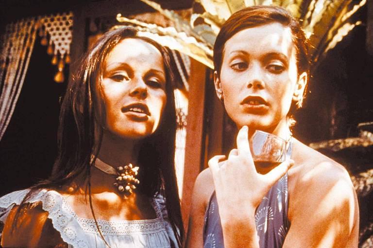 """A atriz Sylvia Kristel (dir.), em cena do filme """"Emmanuelle"""""""