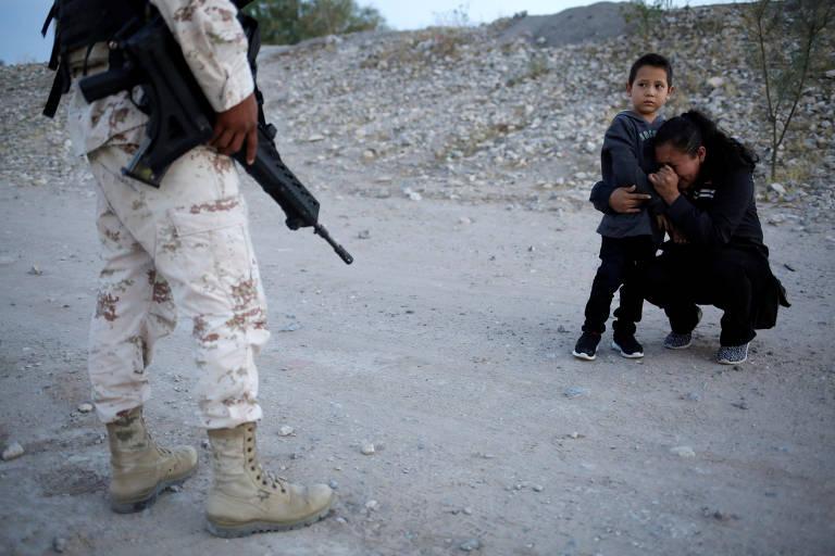 Fotógrafo registra mãe com filho implorando a soldado para deixá-los entrar nos EUA