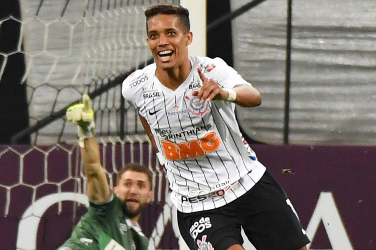 O atacante Pedrinho arranca para comemorar o seu gol, o segundo do Corinthians, em Itaquera.