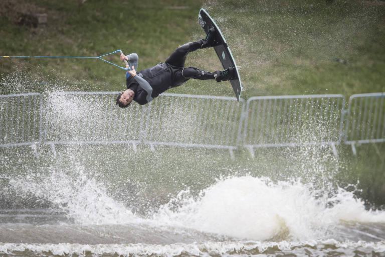 Marreco, atleta brasileiro de esqui aquático, durante treino em Lima, no Peru
