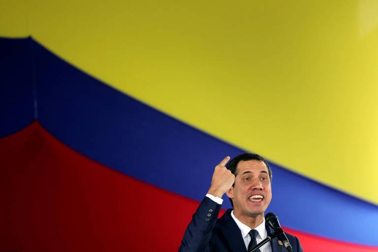 O líder opositor Juan Guaidó gesticula durante discurso na Assembleia Nacional na última terça (23)