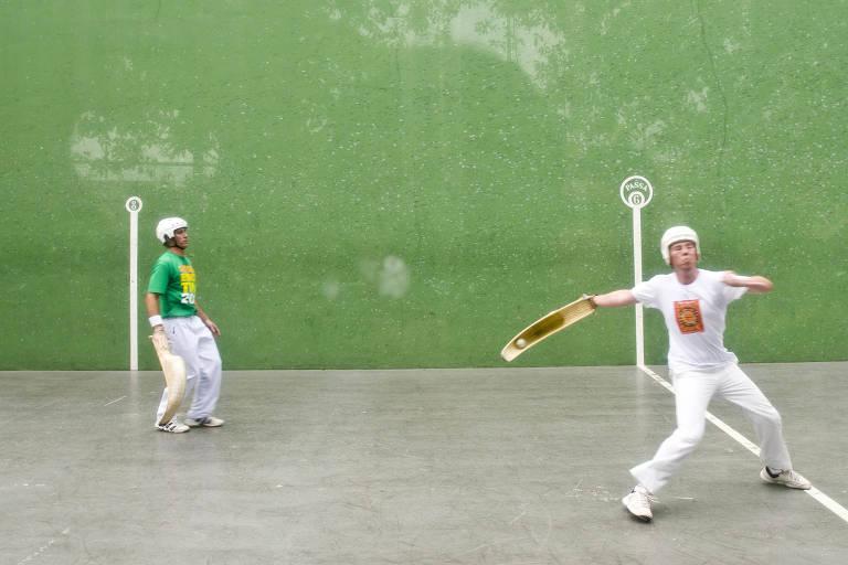 Atletas praticam pelota basca no clube Paulistano, em São Paulo, durante Virada Esportiva