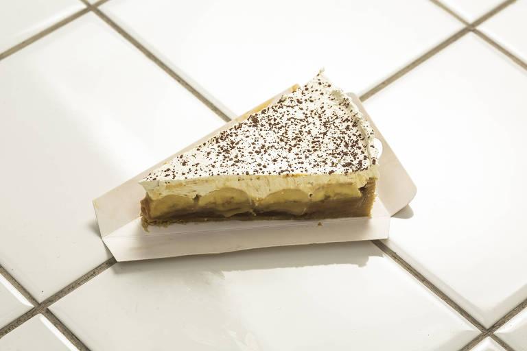 Versão tradicional da torta banoffee da Nanica, com banana e doce de leite, coberta por chantili, de Leonardo Machado e Tito Barcellos, do Nanica