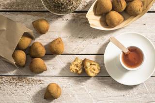 Porção de minicoxinhas com molho de pimenta da banqueteira Renata Cruz, da Rê Cruz To Go