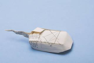 EAD. Ensino a Distancia. Capa e miolo de origamis feitos com paginas de livros didaticos. Mause de papel