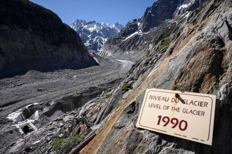 Aquecimento global afetou maior geleira da França, aos pés da montanha Mont Blanc