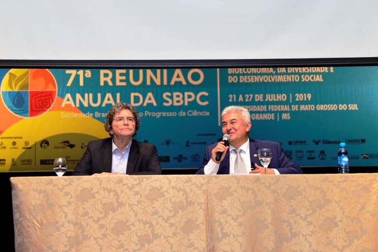 À dir., o ministro da Ciência, Tecnologia, Inovações e Comunicações, Marcos Pontes, durante a 71ª reunião anual da SBPC (Sociedade Brasileira para o Progresso da Ciência), ao lado de Ildeu Moreira, presidente da entidade