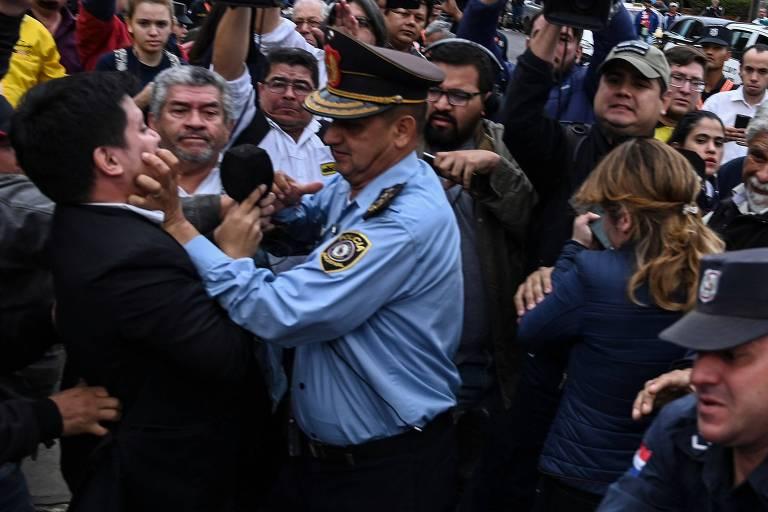 Jornalista é atingido durante confronto entre taxistas e policiais em protesto em Assunção