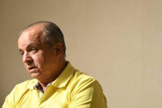 Vadão, ex-técnico da seleção brasileira feminina, em sua casa, em Campinas (SP)