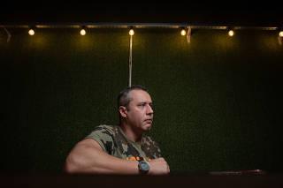 O diretor de teatro Roberto Alvim em um café em São Paulo