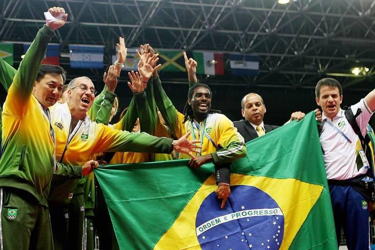 Atletas e comissão técnica da seleção brasileira de taekwondo, comemoram na quadra do Riocentro o segundo lugar de Natália Falavigna, o terceiro de Leonardo Santos e o ouro de Diogo Silva no Pan-2007