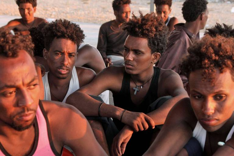 Migrantes resgatados foram devolvidos à Líbia e aguardam na cidade de Khoms