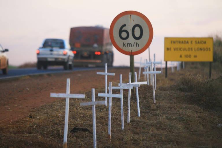 Cruzes espalhadas por moradores em protesto na rodovia Brigadeiro Faria Lima, no interior de SP