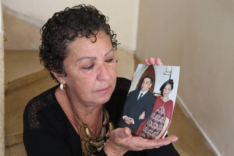 A aposentada Sandra Beatriz Scatena, 61 anos, ficou viúva em março deste ano e solicitou a pensão no mês seguinte, em uma agência do INSS na zona norte da capital; ela mostra a foto do casal