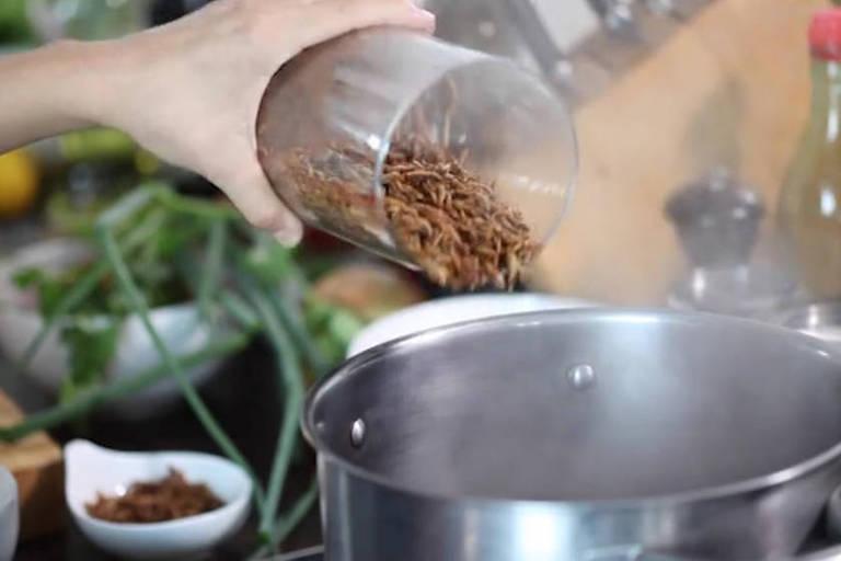 A empresa recomenda consumir os insetos sempre fritos, assados ou cozidos