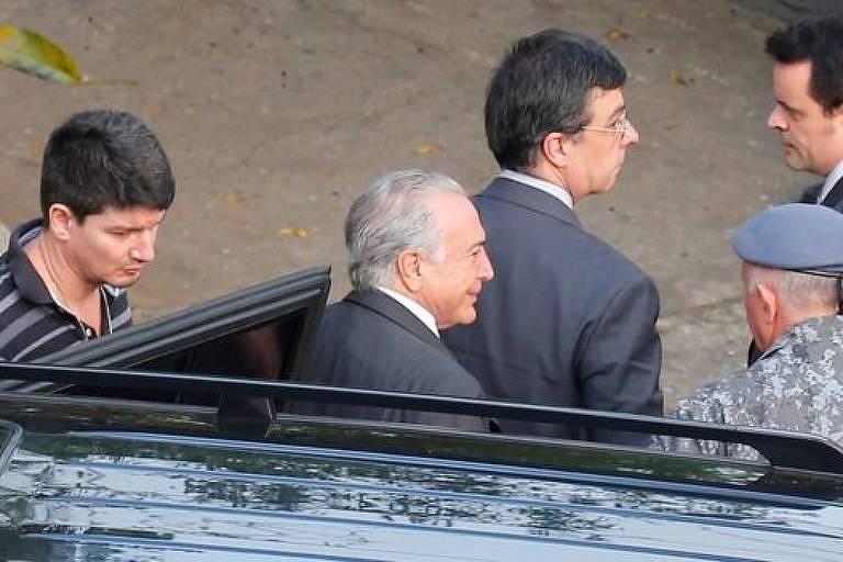 Ex-presidene Michel Temer sai de automóvel acompanhado de outros homens não identificados.