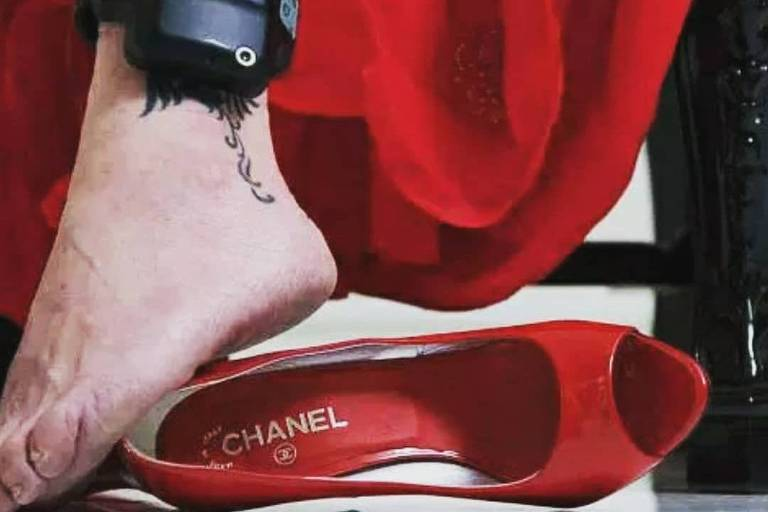 Doleira Nelma Kodama posta foto nas redes sociais de tornozeleira eletrônica, vestido e sapato Chanel vermelhos