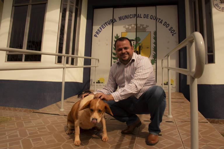 João Cláudio Romero, prefeito de Quinta do Sol (PR), com um dos cães abandonados da cidade