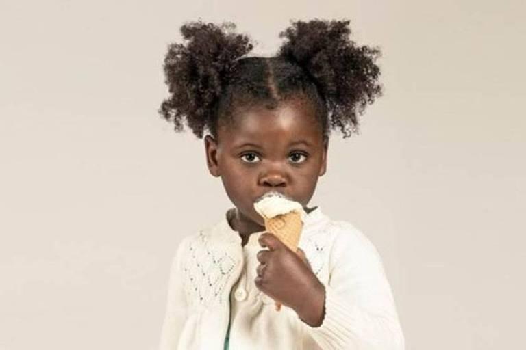 Garota come um sorvete de casquinha