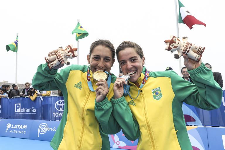Luisa Baptista (e) faturou o ouro no triatlon feminino e Vittoria Lopes ficou com a prata