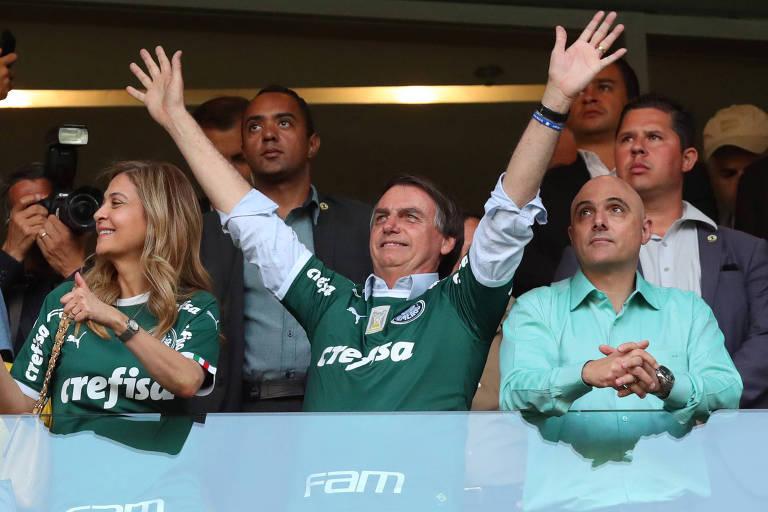 Jair Bolsonaro no estádio do Palmeiras entre o presidente do clube, Maurício Galiotte, e Leila Pereira, presidente da Crefisa, patrocinadora da agremiação