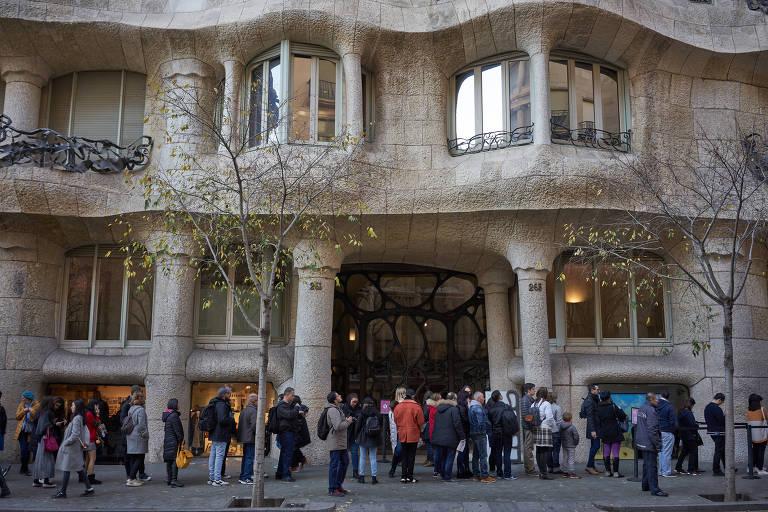 multidão em frente a prédio