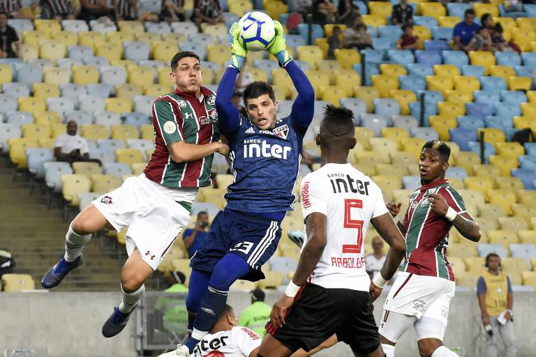 Com pênalti indicado pelo VAR, São Paulo vence no finalzinho