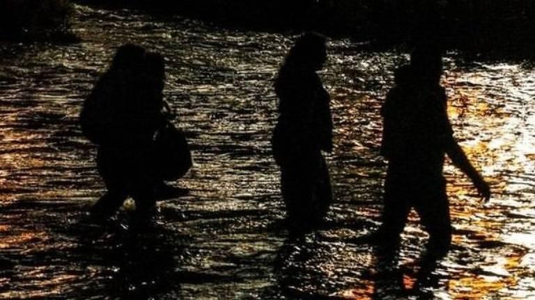 Pessoas em rio