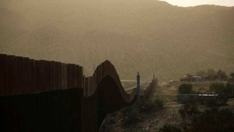 Visa de muro na fronteira dos EUA com o México