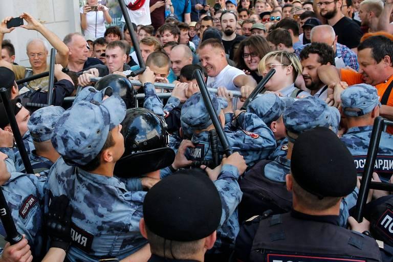 Polícia prende centenas de manifestantes em Moscou