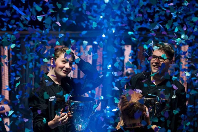 Emil Pedersen e Thomas Arnould seguram troféu após ganharem mundial de Fortnite