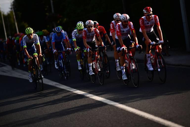 Ciclistas durante a 21ª e última etapa do Tour de France, entre Rambouillet e Paris, neste domingo (28)