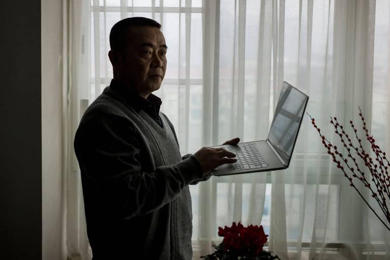 Foto de 2015 mostra o dissidente Huan Qi em seu apartamento em Chengdu, na província de Sichuan