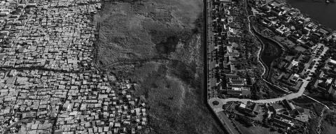"""CIDADE DO CABO, ÁFRICA DO SUL, 07.07.2019 - Vista aérea da """"Township"""" de Masiphumelele, próxima a condomínio de luxo no lago Michelle, na Cidade do Cabo, na África do Sul. (Foto: Lalo de Almeida/Folhapress)"""
