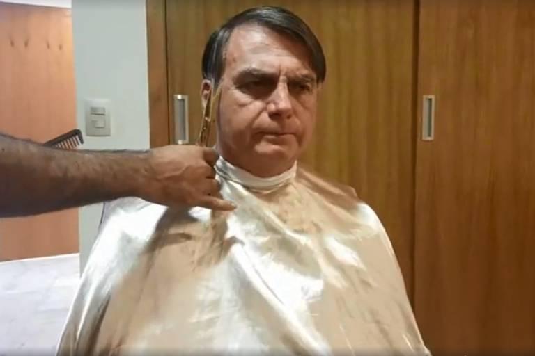 Bolsonaro faz live enquanto corta cabelo