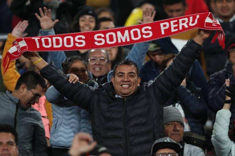 Um torcedor ergue uma faixa do Peru no Estádio San Marcos, em Lima