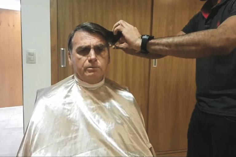 Presidente da República, Jair Bolsonaro transmite corte de cabelo pelas redes sociais