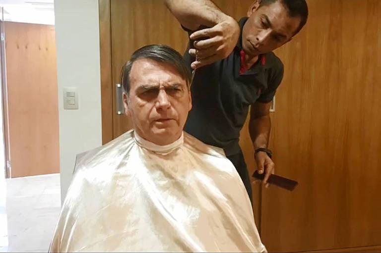 O presidente Jair Bolsonaro tem o cabelo cortado em Brasília logo após cancelar o encontro com o chanceler francês