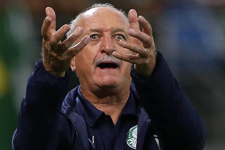 O técnico Luiz Felipe Scolari demonstra nervosismo durante jogo do Palmeiras