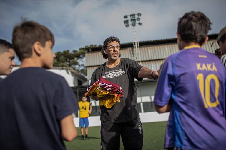 O ex-goleiro João Marcos distribui coletes para meninos de 11 a 15 anos onde ministra aulas de futebol