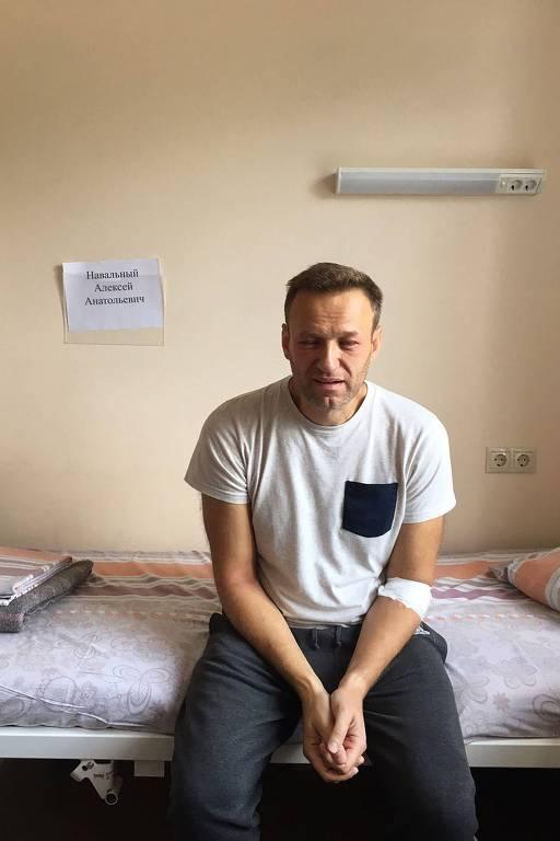 opositor sentado em cama de hospital com olhos inchados