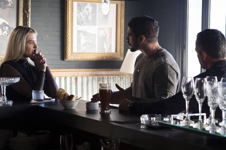 """Kim ( Monica Iozzi ) conversa com Rock ( Caio Castro ) e Agno ( Malvino Salvador ), na novela """"A Dona do Pedaço"""""""