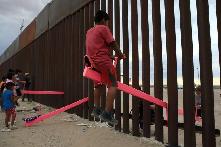 Arquiteto instala gangorra na fronteira EUA-México em protesto contra políticas migratórias