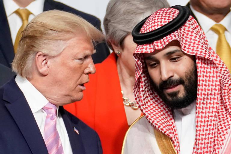 O presidente dos EUA, Donald Trump, conversa com o príncipe da Arábia Saudita Mohammed bin Salman durante o G20, em Osaka
