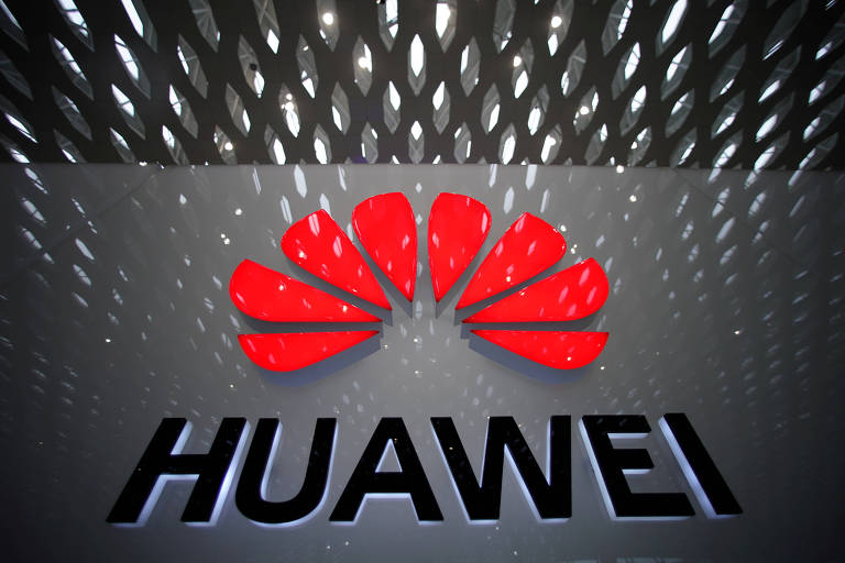 Logo da empresa Huawei em aeroporto chinês
