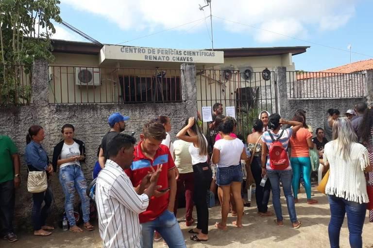 Famílias de presos esperam por notícias em Altamira, onde 58 foram mortos em massacre em presídio